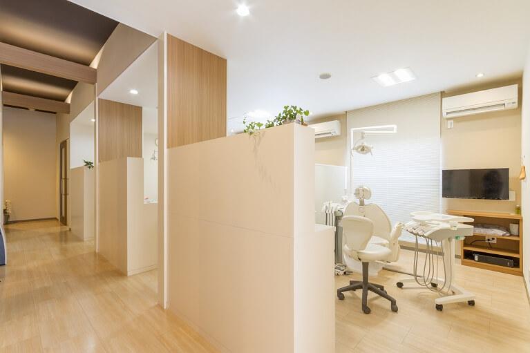 プライバシーを配慮し、個室診療、完全予約制