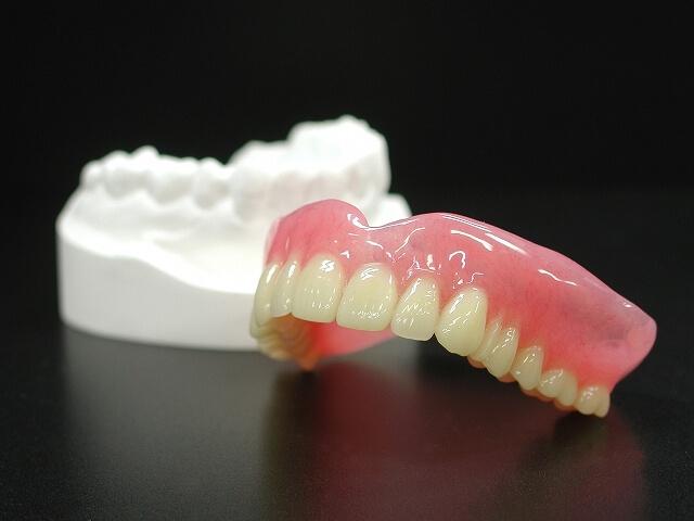 入れ歯にもメンテナンスが必要です。